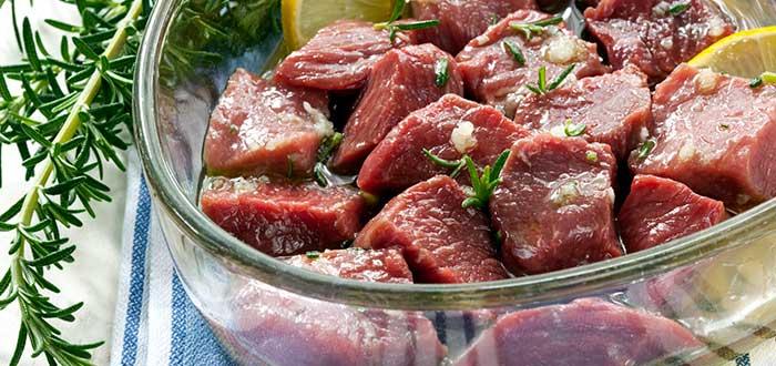 qué es marinar la carne